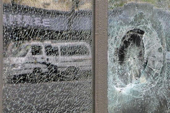 本色门窗被人群砸烂 羊城晚报记者 郑迅 摄