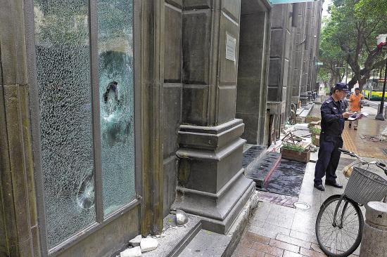 今晨,警员在本色酒吧门前调查取证   羊城晚报记者  郑迅 摄