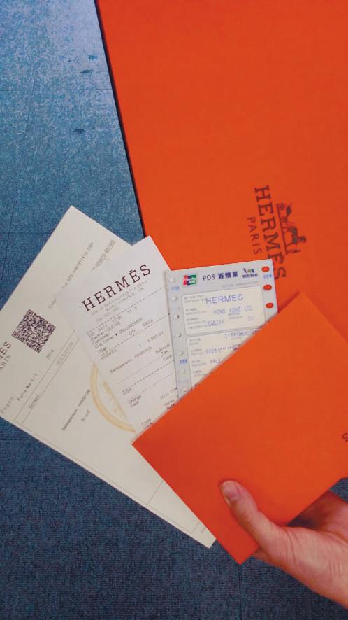 """市民花千元""""香港代购""""奢侈品发现是假货,记者调查发现有厂家专做奢侈品包装几可乱真。"""