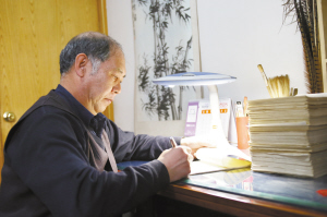 王占福还是习惯在稿纸上写作。
