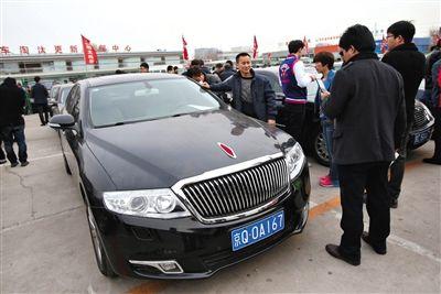 这是近30万元拍出的红旗轿车。登记于2013年9月,表显里程2万公里。新京报记者 王贵彬 摄