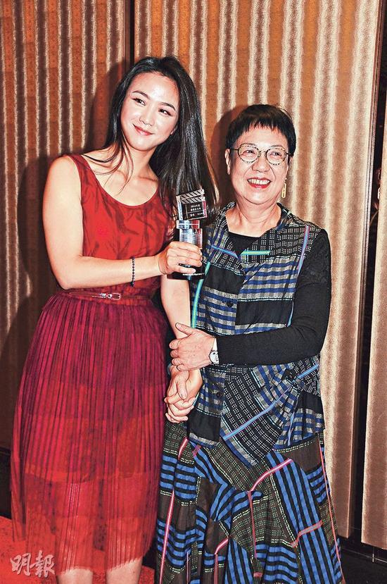 汤唯(左)感谢导演许鞍华(右)带领她入戏。