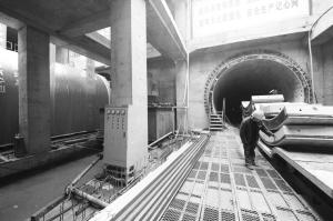 ■地铁3号线东里站左线区间正式开始盾构始发。本报记者 郄磊 摄
