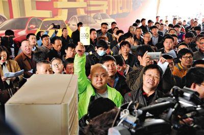 昨日,手持999号牌的竞买人最终以48.2万元拍得一辆丰田陆巡。新京报记者 王贵彬 摄