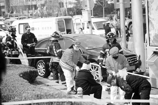 车祸发生后,交警、特警等很快赶到,并将现场封锁。