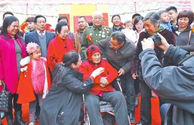 104岁老寿星接受子孙们的祝福