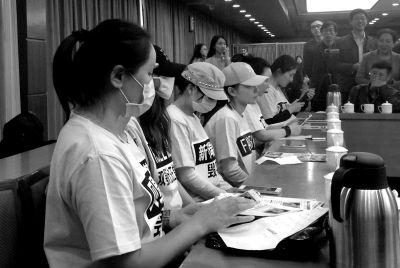 在韩国整形失败维权无门的患者昨天在会场现身说法。