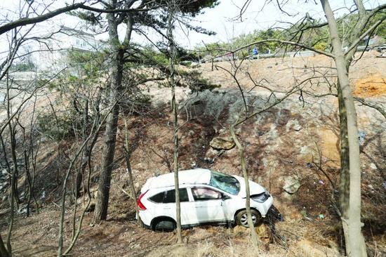 女司机驾车打着滚翻下10米深沟