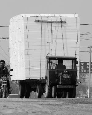 载着泡沫板的拖拉机。