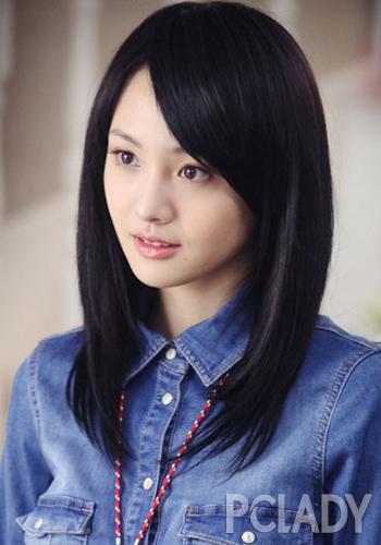 《胜女的代价2》中,郑爽延续了清纯可爱的小女孩形象,这款斜刘海齐肩图片