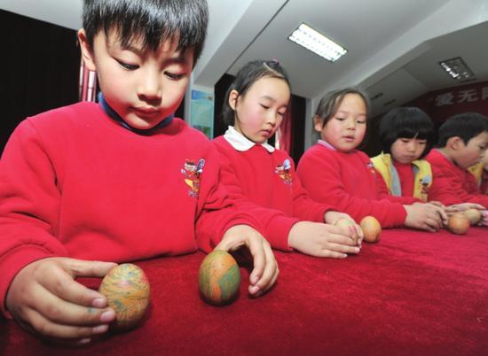 昨天,娄门街道齐门社区邀请辖区挹秀幼儿园的孩子开展春分立蛋活动
