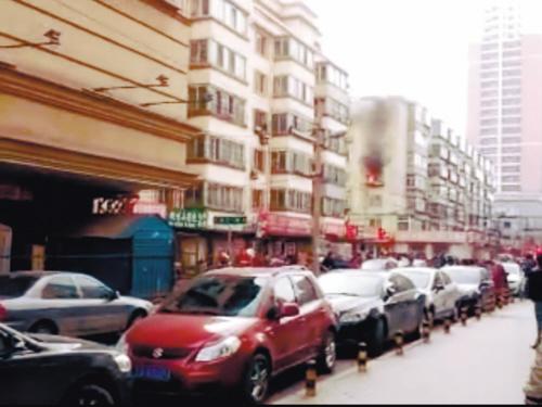 消防通道被私家车堵住。