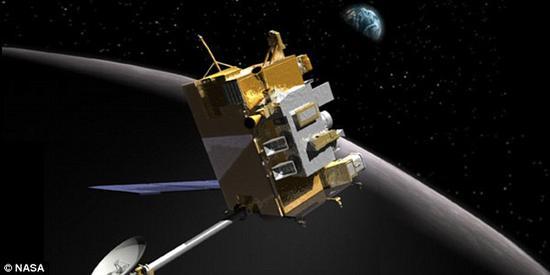 艺术概念图,展示了美国宇航局的月球侦察轨道器。借助月球侦察轨道器获取的数据,宇航局的科学家发现这个撞击坑本身很小,直径只有61.7英尺(约合18.8米),但所产生的影响很大,突然的能量释放卷起大量碎片,最后飞到几百米外的地方。撞击点周边19英里(约合30公里)的范围内出现200多处与此次撞击有关的地表变化。