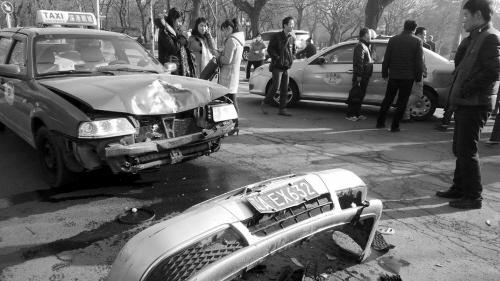 俩出租车相撞 结果仨研究生受伤。