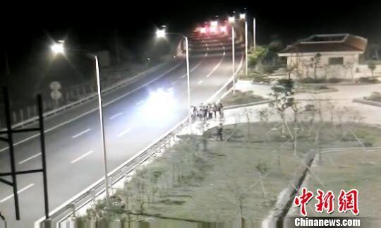 孩子们将高速公路当成跑道赛跑。