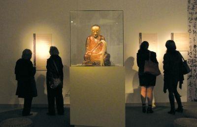 在匈牙利布达佩斯自然历史博物馆展出的这座佛像的内部,竟然藏着一座打坐和尚的木乃伊。