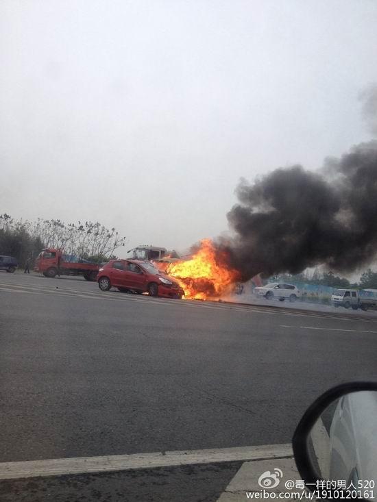 两车发生相撞,其中一辆起火(图据网友微博)