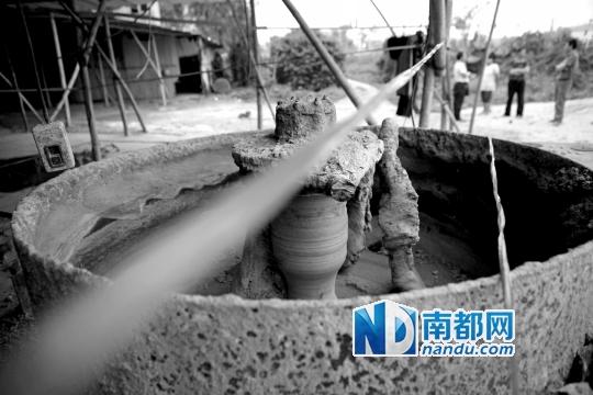 昨日下午,搅拌机突然启动,惠州3名小孩惨死在里面。南都记者 陈伟斌 摄