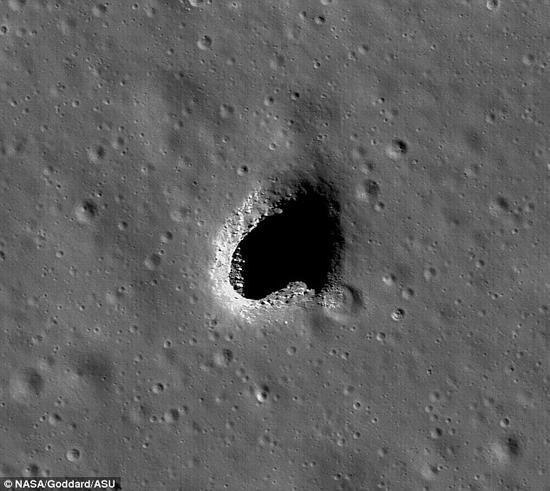 """科学家认为月球地下存在一个巨大的熔岩地道或者说熔岩洞网络。这种火山喷发导致的结构被称之为""""熔岩管"""",此前曾有人建议将其作为人类月球殖民地的建造地点。新研究指出月球熔岩管结构非常稳定,可以作为人类的永久性基地,帮助未来的宇航员应对严酷的月球环境。照片展示了天文学家认为的一个月球熔岩管开口"""