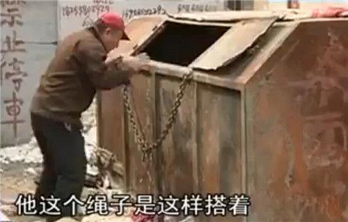 附近的居民描述环♀卫工人死亡的状态。(视频截图)