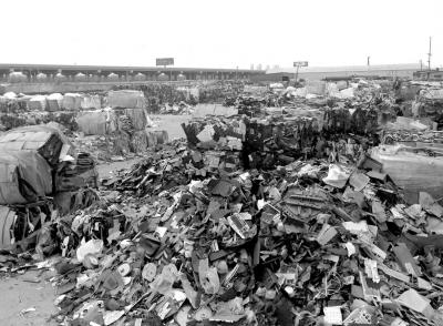大量废塑料随意堆放在堆场(3月22日摄)。新华社发