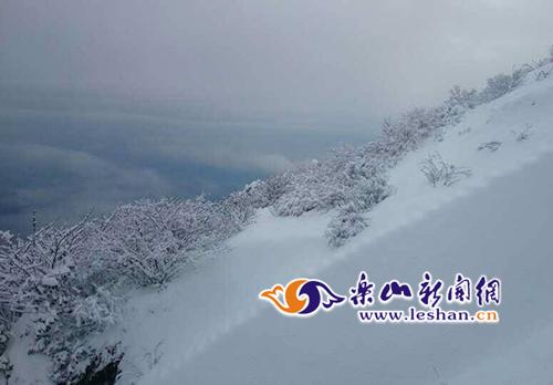 峨眉山通宵下大雪 金顶积雪1尺多厚