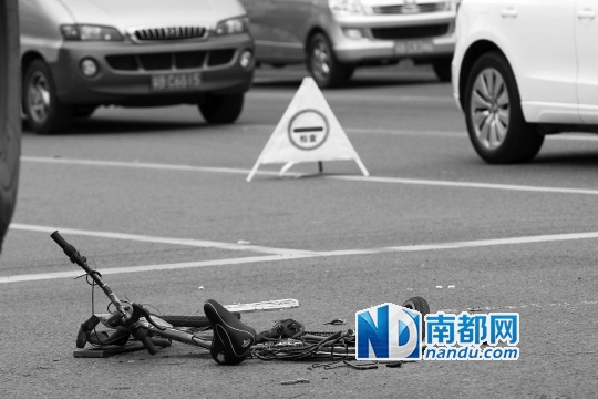 现场一辆单车已被碾压变形。南都记者 徐文阁 摄