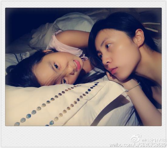 孙莉和多多睡前玩耍