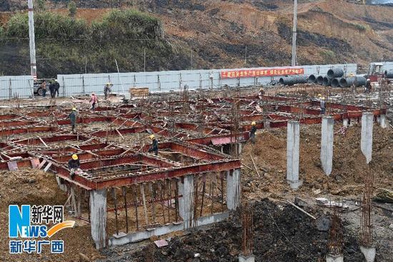 在广西环江毛南族自治县,能容纳2.5万人的扶贫生态移民新城——毛南家园正在建设中(3月11日摄)