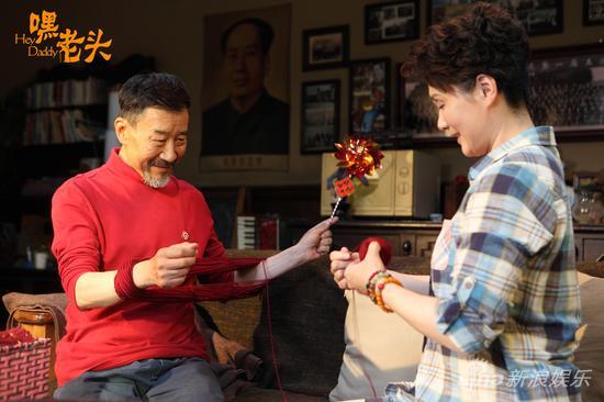 李雪健和吴冕绕毛线