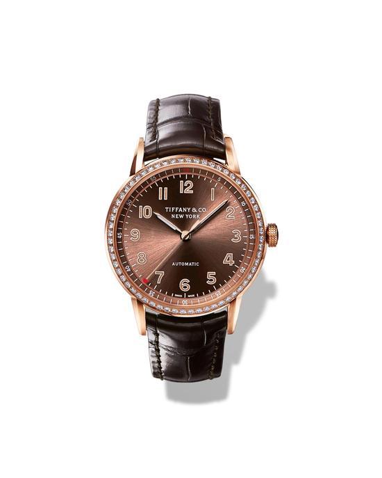 全新Tiffany CT60系列腕表,34毫米18k玫瑰金表款,表圈镶嵌60颗圆形明亮式切割钻石,褐色光面太阳纹表盘,褐色鳄鱼皮表带