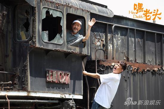 父子俩旧火车上游玩
