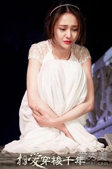 白色连衣裙搭配发型