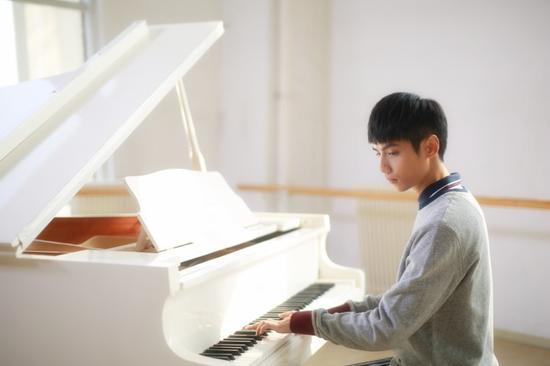 罗云熙弹钢琴