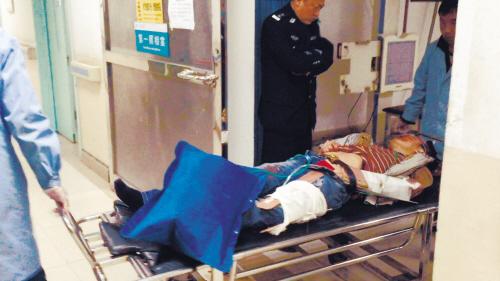 一个小偷跳楼受伤被送进医院。