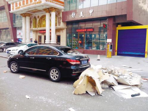 砸了车还伤了人。