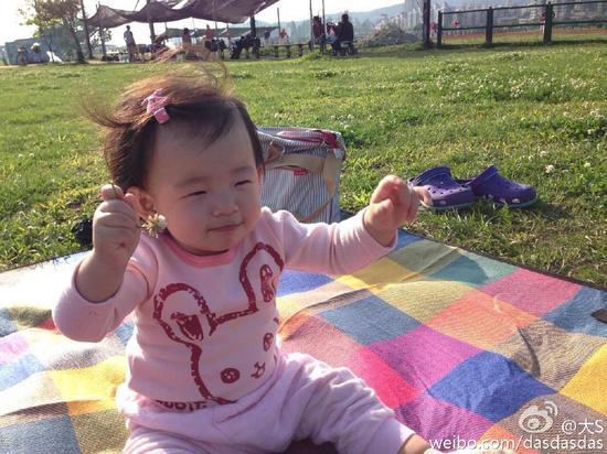 小玥儿手舞足蹈很欢快