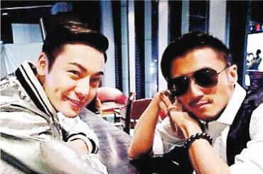 陈伟霆(左)成为新一季《十二道锋味》锋味家属成员,他指望能跟师兄谢霆锋(右)学煮一道特长佳肴。