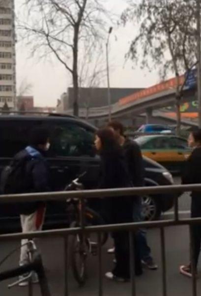 学生拍占道车遭到车上3女1男围攻谩骂。