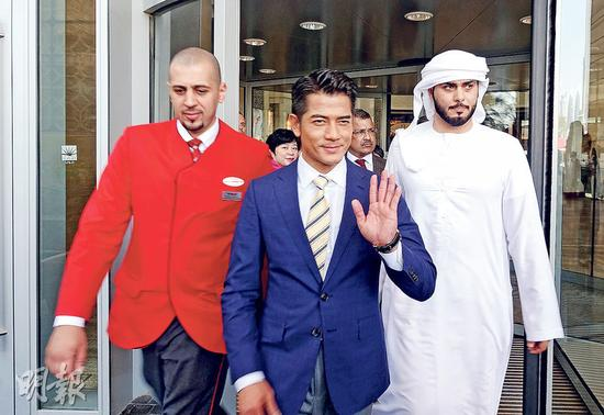郭富城在迪拜商场吸引很多人围观,要动用近30名保安开路,让他离开。