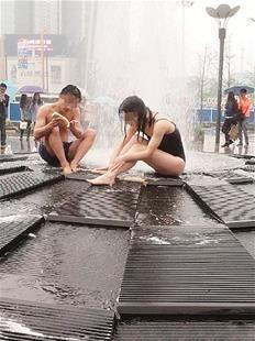 实拍:武汉一对男女在闹市喷泉下当众洗澡