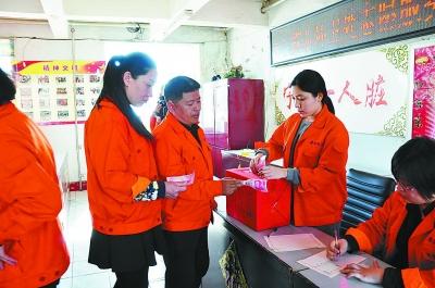 环卫工人为烧伤夫妻捐款。