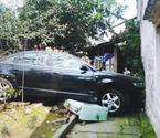 绍兴一辆奥迪车撞上老房