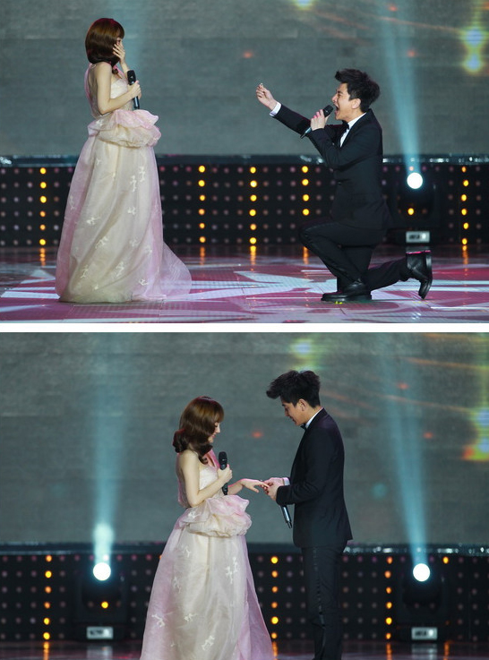2012年3月31日晚,贾乃亮向李小璐求婚。