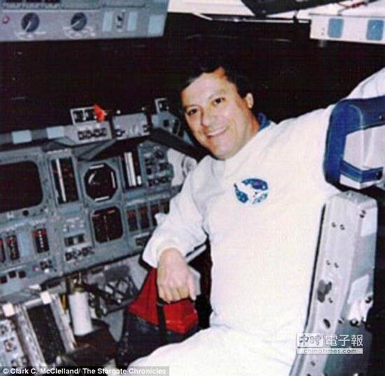 这是克拉克20年前在NASA工作时的照片。