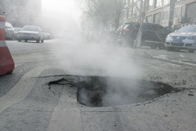 被炸开的大坑直径近1米