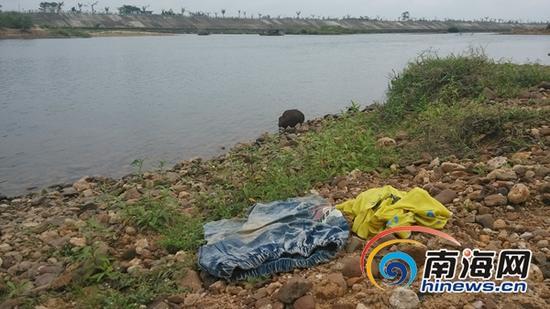 3月8日西半晌,龙州河定装置县定城镇潭黎村河段,河岸上遗剩着溺水男孩小清的壹身衣物,但小清却永久回不到来了