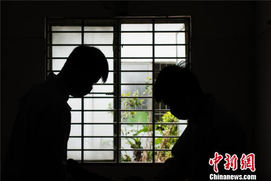 图为3月31日,广西柳州市殡葬管理中心遗体化妆师正在为遗体化妆。 黄威铭 摄
