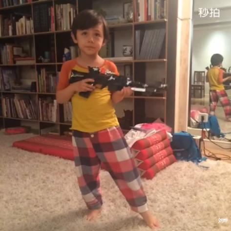 诺一玩玩具枪立正稍息