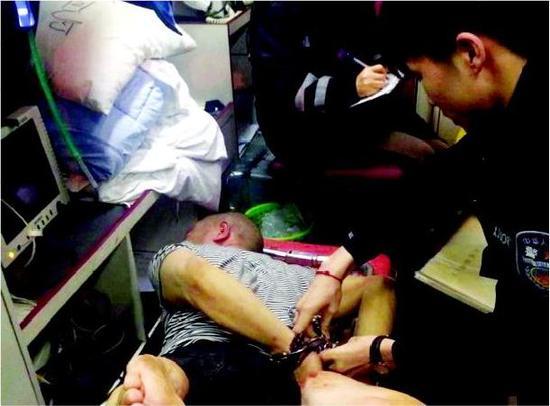民警开枪击中田某小腿并将其制服。警方供图